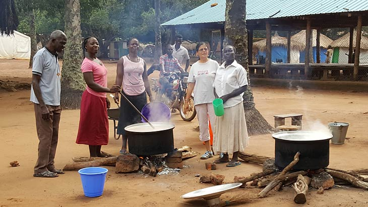 South Sudanese prepare food in Riimenze camp